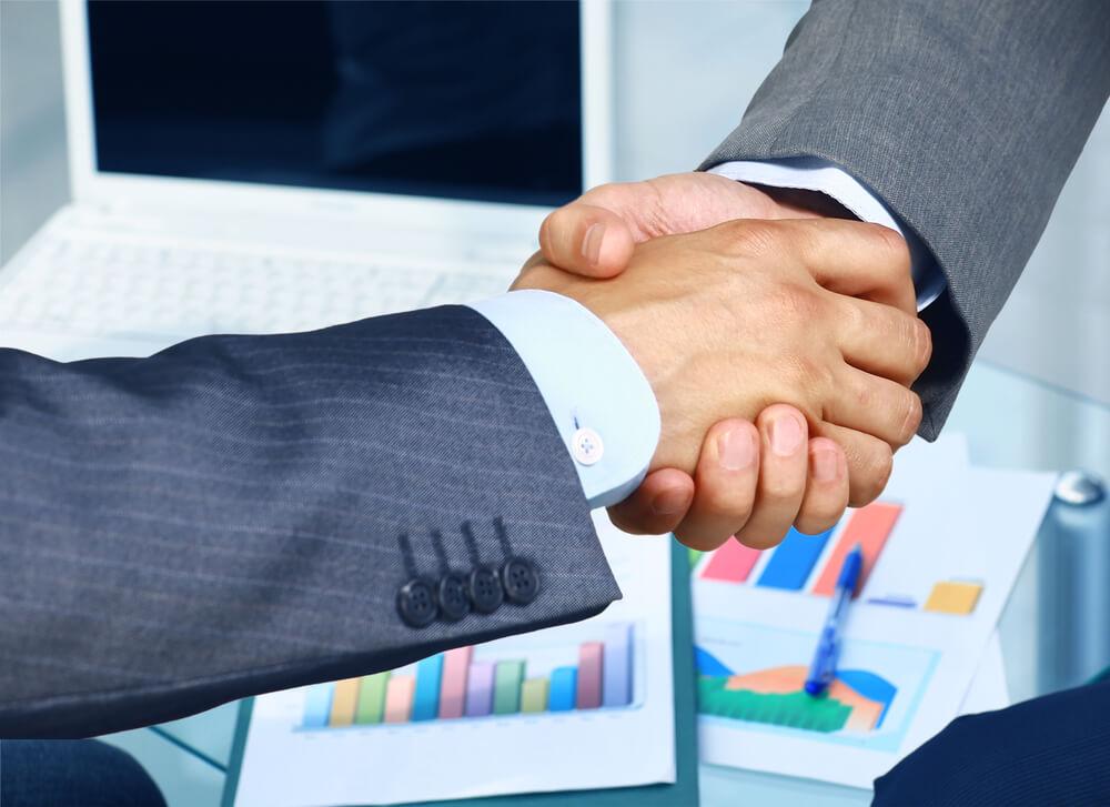 relacionamentocomfornecedores-relacionamento-com-fornecedores-parceria-apertodemao-aperto-de-mao-fechandonegocios-fechando-negocios