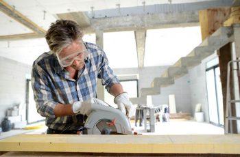 Homem-profissional-marcenaria-cortando-madeira-fazendo-movel