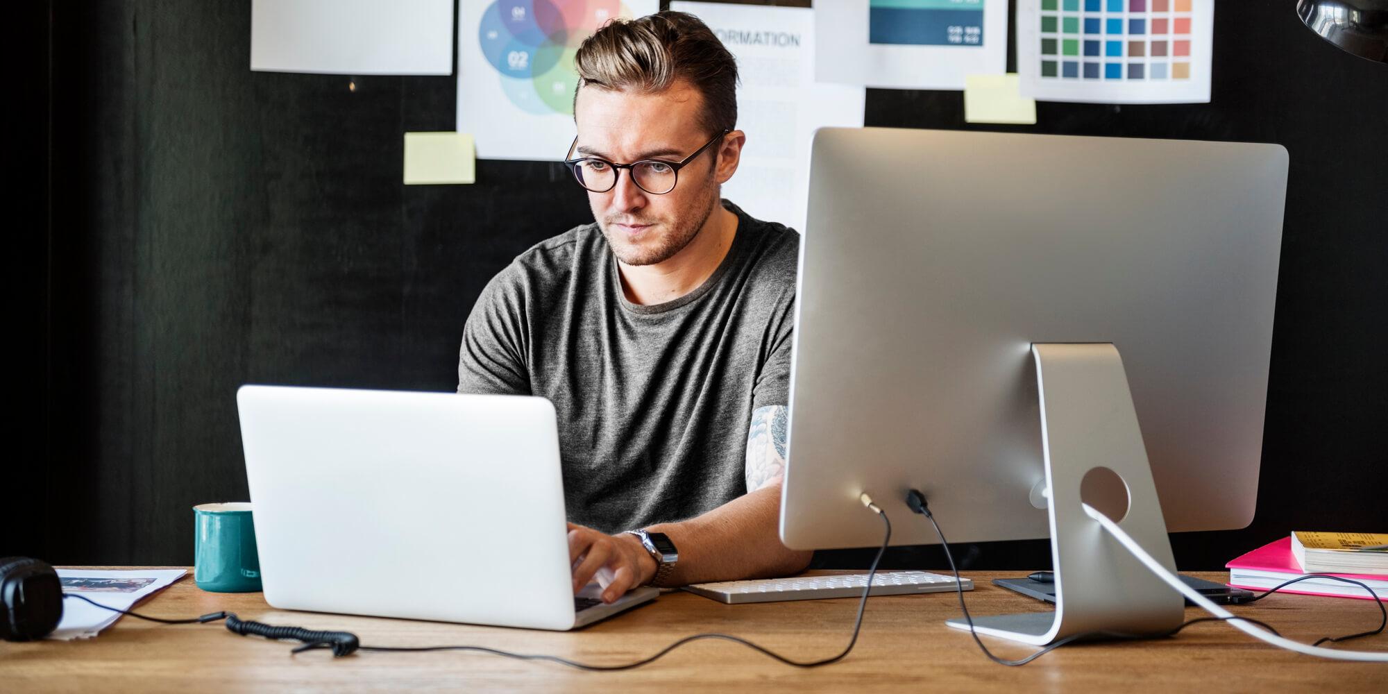 Homem-trabalhando-computador-administrando-no-escritório-pequeno-negócio-empresa-administração-financeira-crescimento-lucro-empresa