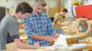 Homens-trabalhando-em-negociação-negociando-marcenaria-conversando-vendendo-móveis