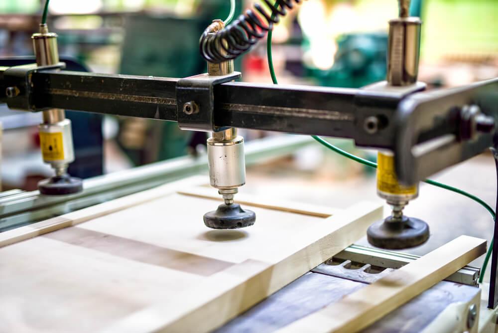 maquina-trabalhando-controlando-produção-controle-de-produção-melhorar-o-controle-da-fabrica