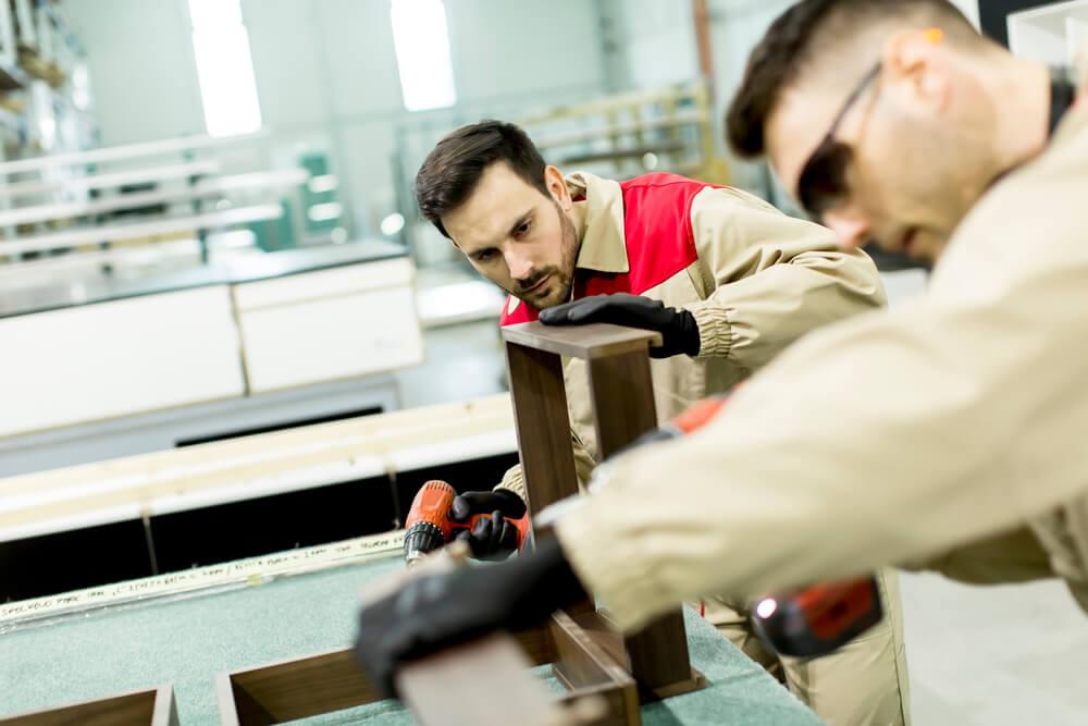 Homens-trabalhando-cortando-madeira-economizando-materiais-evitando-gastos-para-aumentar-lucro-da-marcenaria-vender