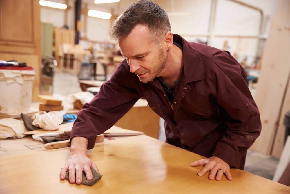 Acabamentodemoveis-acabamento-de-moveis-marceneiro-limpandomadeira-limpando-madeira-polindomadeira-polindo-madeira-marceneirotrabalhando-marceneiro-trabalhando