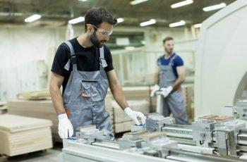 Homem-trabalhando-separando-materiais-com-inteligência-artificial-e-natural-processo-automatizado-melhorar-fábrica-revolucionar-fábrica-de-móveis
