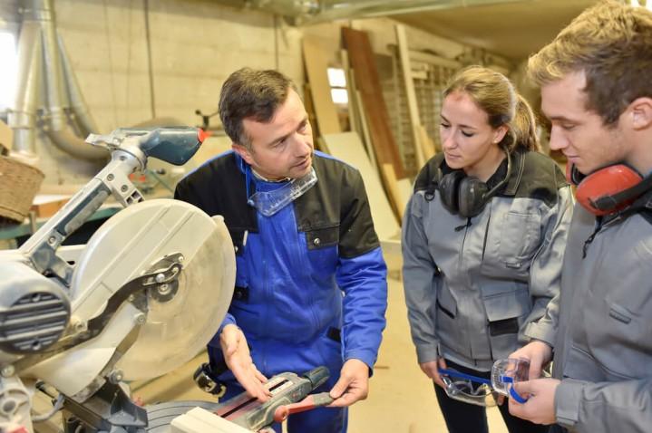 Atendimento-cliente-qualidade-pessoas-conversando-namarcenaria-na-marcenaria-cortando-madeira-fazendo-móvel-